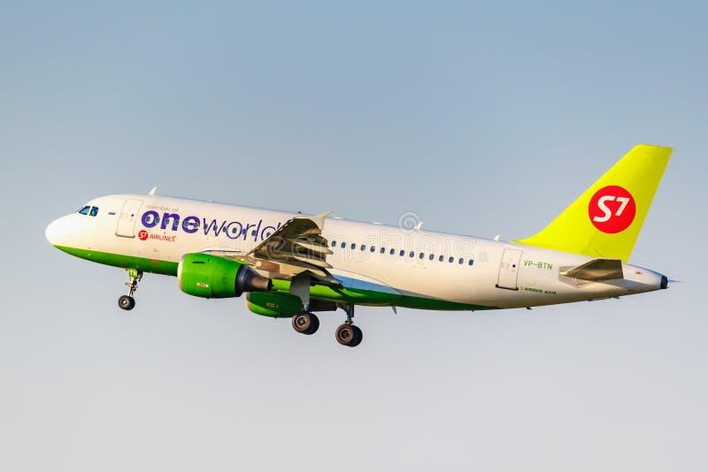 Moskva Ryssland - Juni 20, 2019: Livré för flygplanflygbuss A319-114 VP-BTN Oneworld av flygbolag för S7 som Sibirien landar på D royaltyfri bild