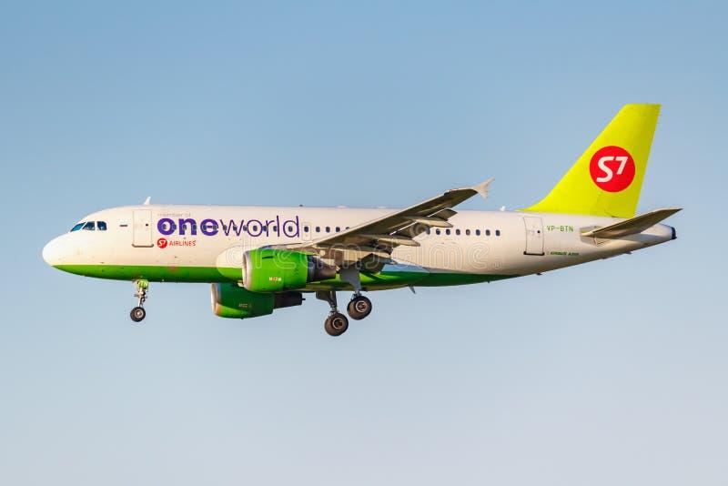 Moskva Ryssland - Juni 20, 2019: Livré för flygplanflygbuss A319-114 VP-BTN Oneworld av flygbolag för S7 som Sibirien landar på D arkivbilder