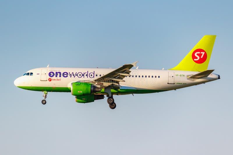 Moskva Ryssland - Juni 20, 2019: Livré för flygplanflygbuss A319-114 VP-BTN Oneworld av flygbolag för S7 som Sibirien landar på D arkivfoton