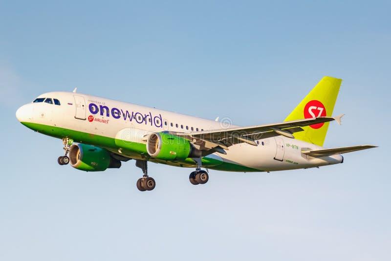 Moskva Ryssland - Juni 20, 2019: Livré för flygplanflygbuss A319-114 VP-BTN Oneworld av flygbolag för S7 som Sibirien landar på D arkivbild
