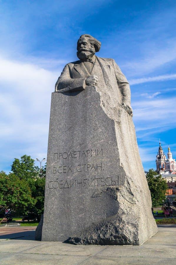 MOSKVA RYSSLAND - JUNI 20 2017: Minnesmärke av den stora tyska revolutionära socialisten Karl Marx på den Teatralnaya fyrkanten royaltyfri bild