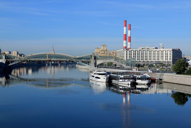 Moskva Ryssland - Juni 16, 2018: Moskvaflod, fot- bro och Berezhkovskaya invallning i morgon royaltyfri foto