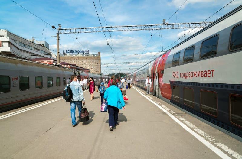 Moskva Ryssland - Juni 14 2016 Passagerare som går att utbilda på den Kazan stationen arkivbild