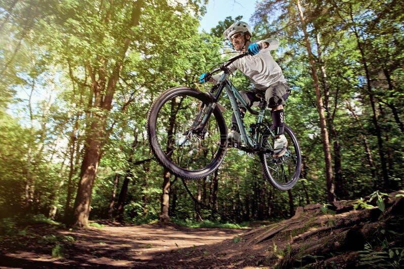 MOSKVA RYSSLAND - JUNI 20, 2016: Ryttare i handling på mountainbikesporten Hopp på en mountainbike Cyklist som in gör ett jippo o royaltyfri fotografi