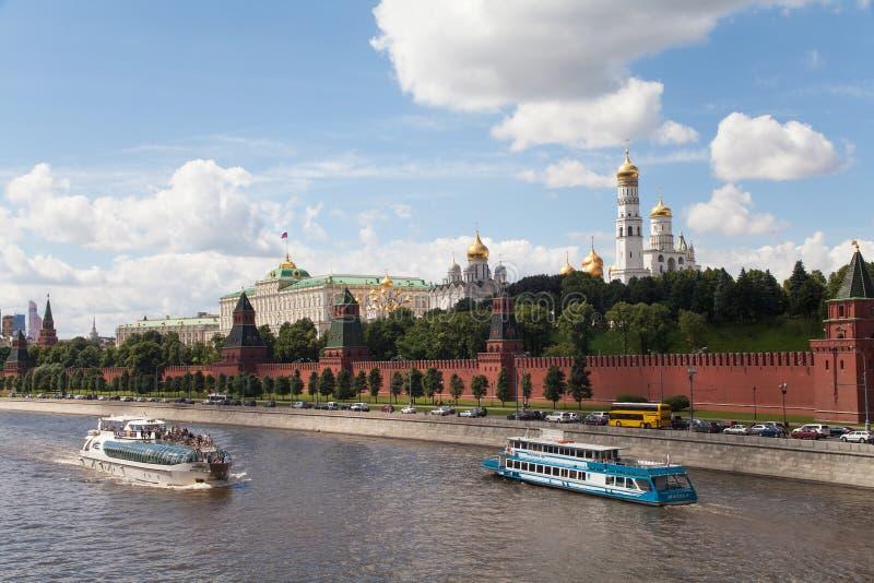 MOSKVA RYSSLAND, JUNI, 12, 2013: Sikt till MoskvaKreml, invallning, vägg, Ivan det stora Klocka tornet, domkyrkor royaltyfri fotografi