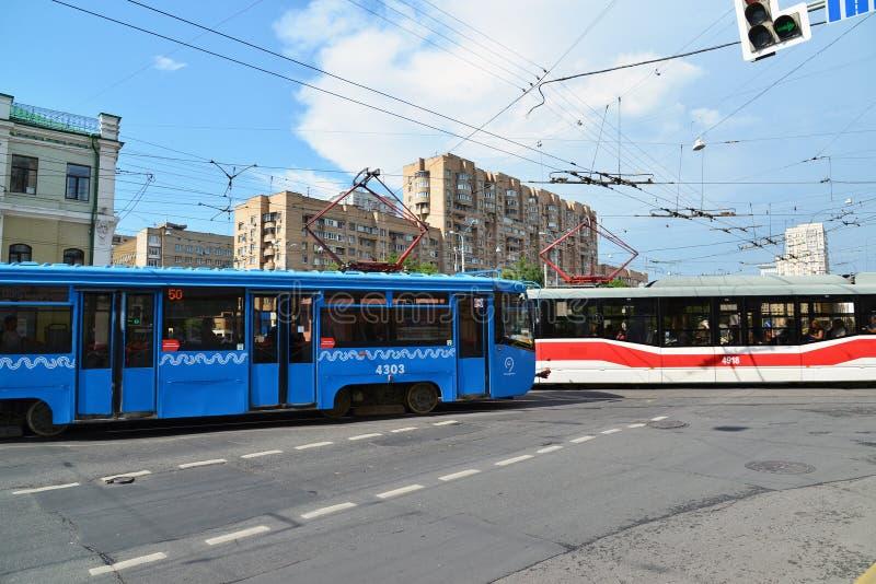 Moskva Ryssland - Juni 03 2016 Spårvagn på tvärgator framme av gångtunnelen Krasnoselskaya fotografering för bildbyråer