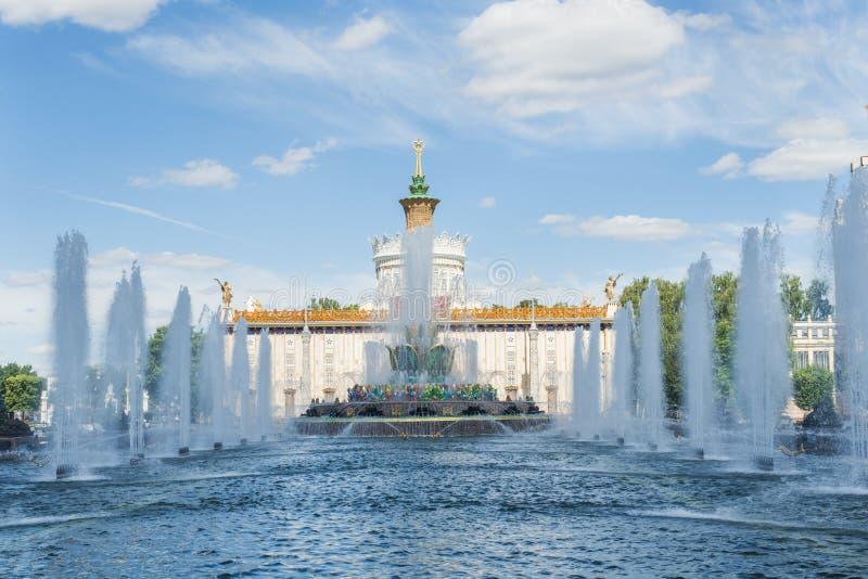 Moskva Ryssland - Juni 24, 2019: Stenblommaspringbrunn på VDNH i Moskva arkivbilder