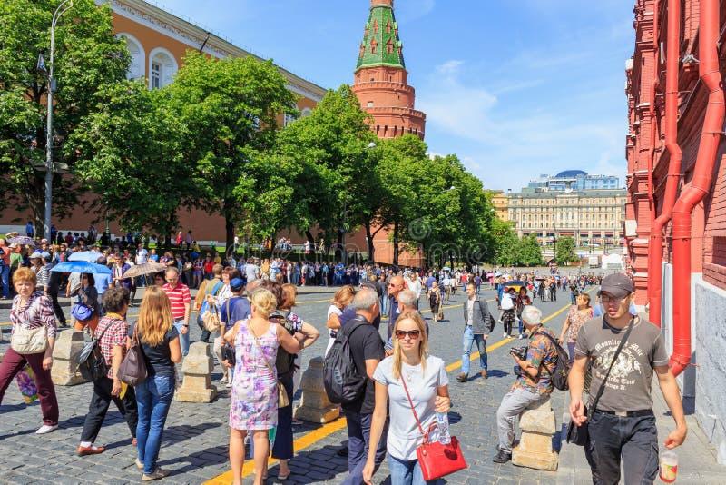 Moskva Ryssland - Juni 03, 2018: Turister går på den Kremlevskiy Proyezd gatan till den röda fyrkanten i Moskva royaltyfria bilder