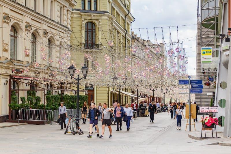 Moskva Ryssland - Juni 02, 2019: Turister som går på den Nikolskaya gatan i Moskva på den molniga dagen arkivfoton