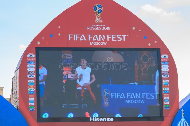 Moskva Ryssland - Juni 28, 2018: TV-sändning på den huvudsakliga bildskärmen av konserten för fans efter fotbollsmatch på den FIF royaltyfri foto