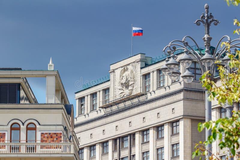 Moskva Ryssland - Juni 02, 2019: Vinkande flagga av rysk federation på taket av byggnad av tillståndsDumaen av rysk federation in royaltyfri fotografi