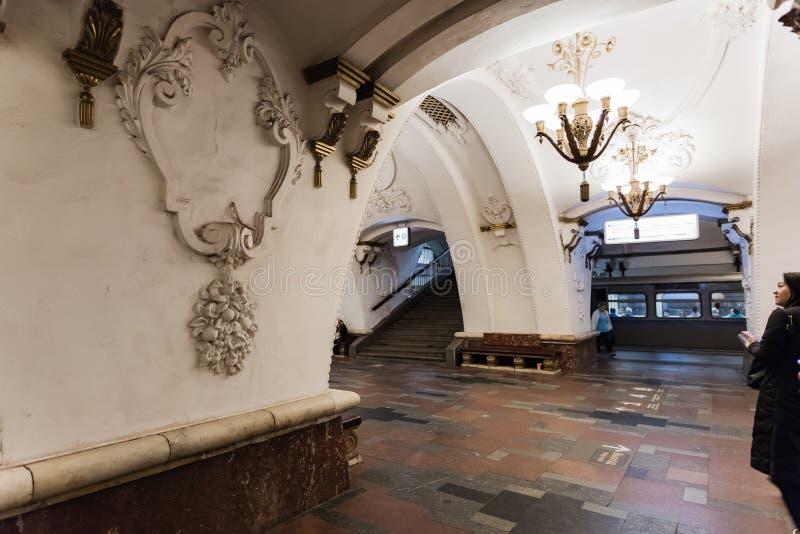 Moskva Ryssland 26 kan den Arbatskaya tunnelbanastationen 2019 lokaliseras i hjärtan av staden nära den populära turist- gatan fö royaltyfria foton
