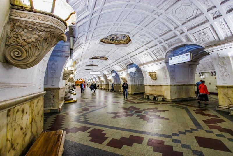 Moskva Ryssland 26 kan den Belorusskaya tunnelbanastationen 2019 nära den Belorussky järnvägsstationen Den härliga ljusa lobbyen  fotografering för bildbyråer