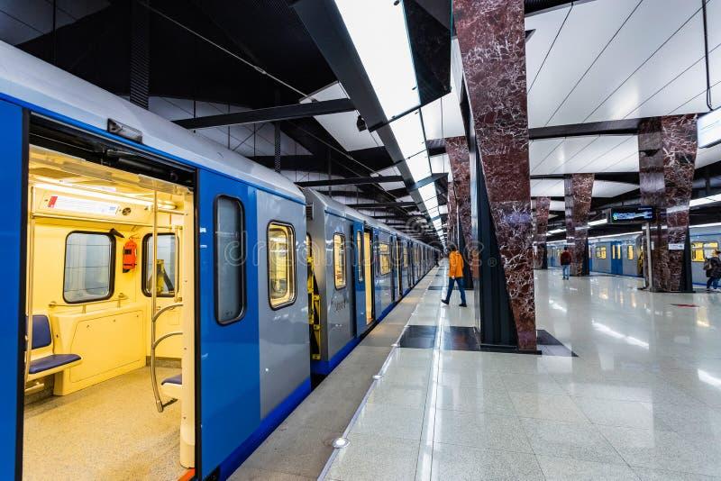 Moskva Ryssland kan 26, 2019, den nya moderna tunnelbanastationen Khoroshevskaya Byggt i den Solntsevskaya tunnelbanalinjen 2018 royaltyfri fotografi