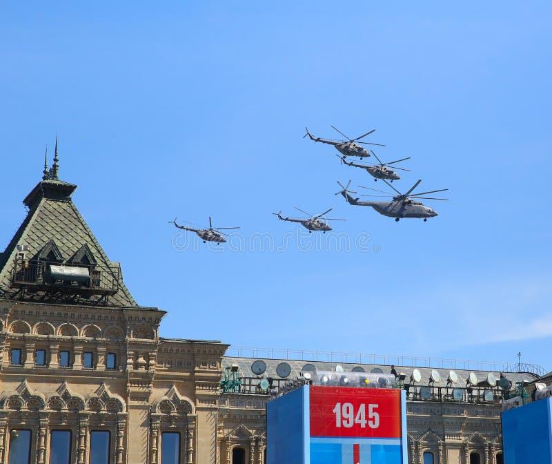 MOSKVA RYSSLAND - MAJ 07, 2015: Attackhelikoptrar arkivbild