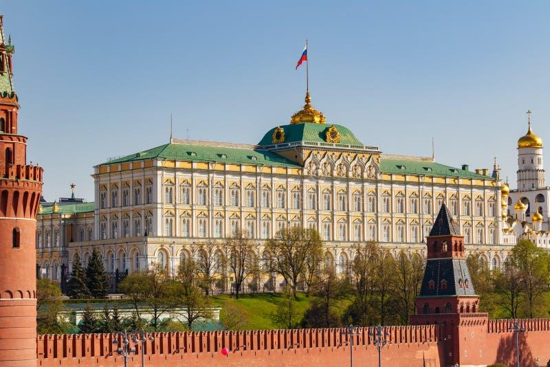 Moskva Ryssland - Maj 01, 2019: Byggnad av den storslagna Kremlslotten med att vinka flaggan för rysk federation på territoriet a royaltyfria bilder