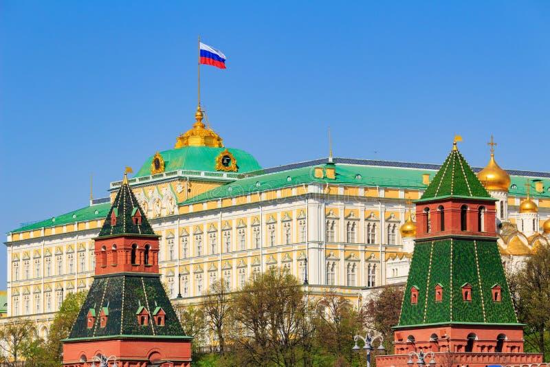 Moskva Ryssland - Maj 01, 2019: Byggnad av den storslagna Kremlslotten med den vinkande flaggan av rysk federation på taket mot M arkivbilder