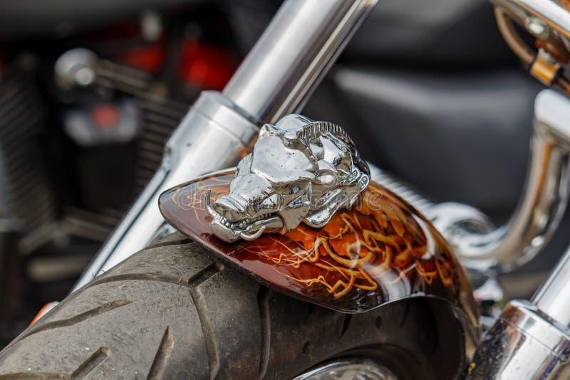 Moskva Ryssland - Maj 04, 2019: Chromed statyett av vildsvinet p? fr?mre st?nksk?rm av den Harley Davidson motorcykelcloseupen Mo royaltyfri fotografi