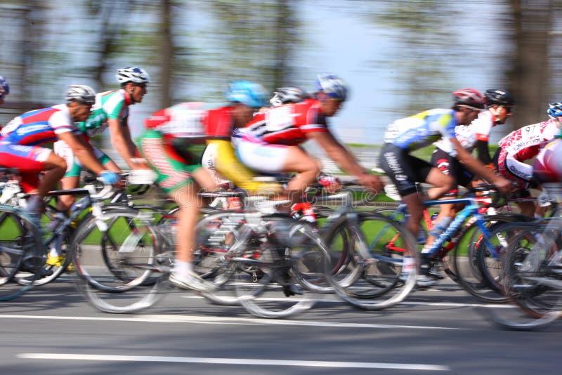 MOSKVA RYSSLAND - 6 Maj 2002: Cykla maraton, längs stadsgator, den suddiga rörelsecloseupen på rött och vitt arkivfoton