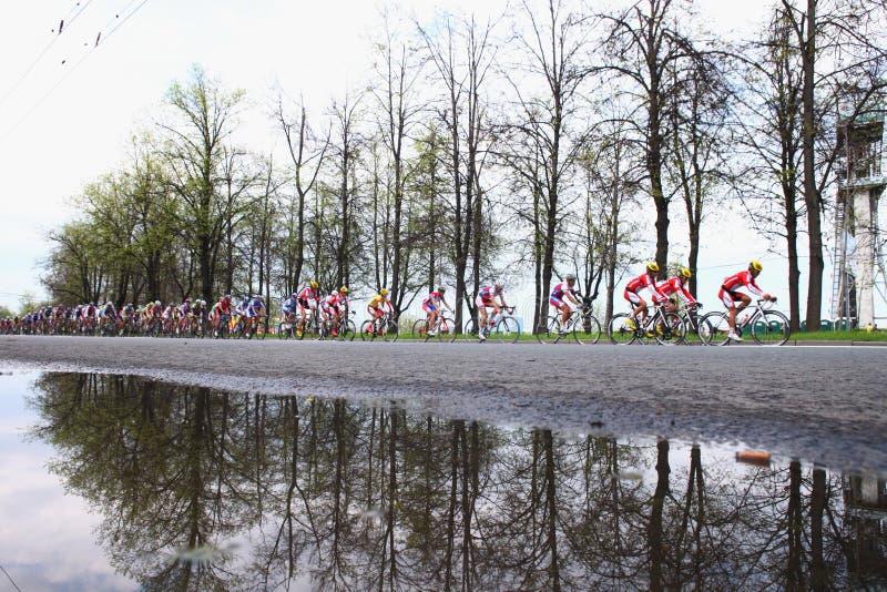MOSKVA RYSSLAND - 6 Maj 2002: Cykla maraton, längs stadsgränder Härlig reflexion av träd i gränden arkivfoto