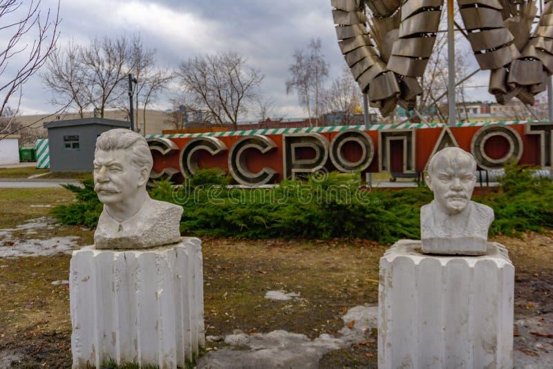 Moskva Ryssland, Maj 29, 2019: Den gamla kommunistiska statyn av Lenin och Stalin gräsplan Gorky parkerar offentligt royaltyfri bild