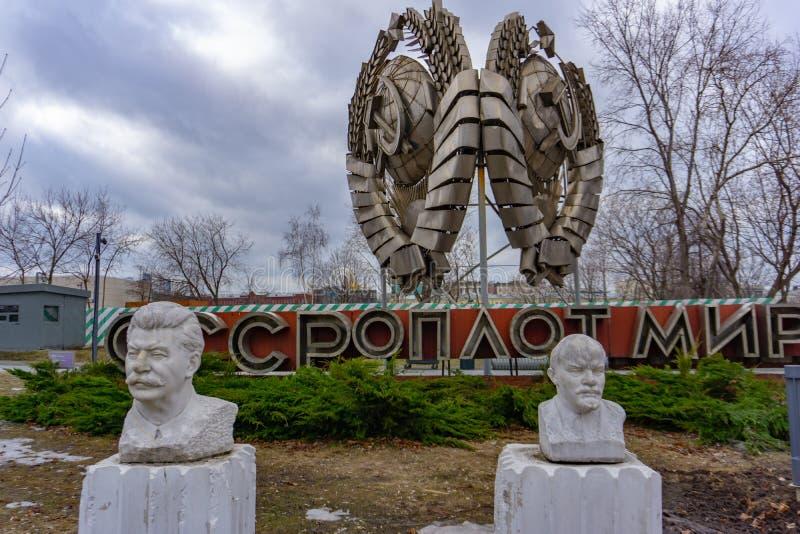 Moskva Ryssland, Maj 29, 2019: Den gamla kommunistiska statyn av Lenin och Stalin gräsplan Gorky parkerar offentligt arkivbilder