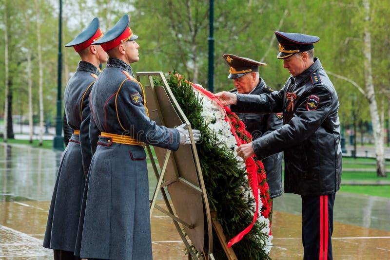 MOSKVA RYSSLAND - MAJ 08, 2017: DEPARTEMENTET av den från den ryska federationen delegationen för INRIKES AFFÄRER lade en krans p royaltyfri fotografi