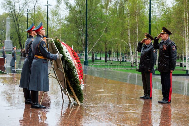 MOSKVA RYSSLAND - MAJ 08, 2017: DEPARTEMENTET av den från den ryska federationen delegationen för INRIKES AFFÄRER lade en krans p arkivbild
