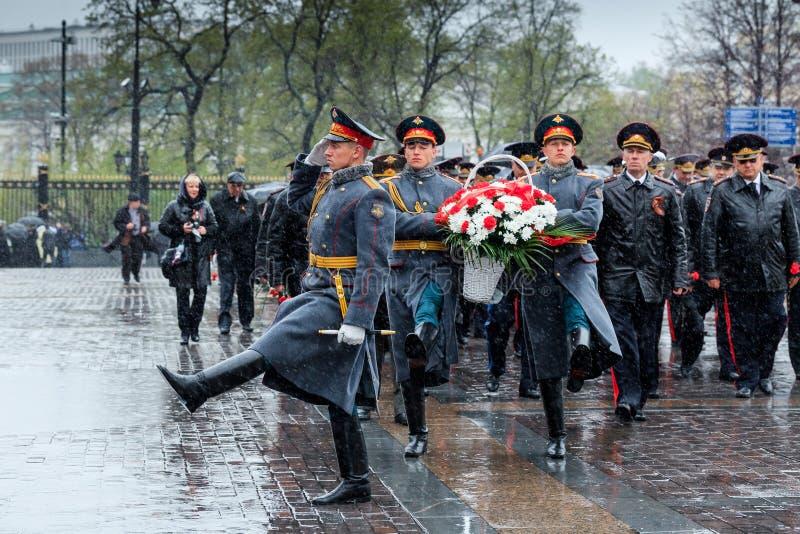 MOSKVA RYSSLAND - MAJ 08, 2017: DEPARTEMENTET av den från den ryska federationen delegationen för INRIKES AFFÄRER lade en krans p royaltyfri foto