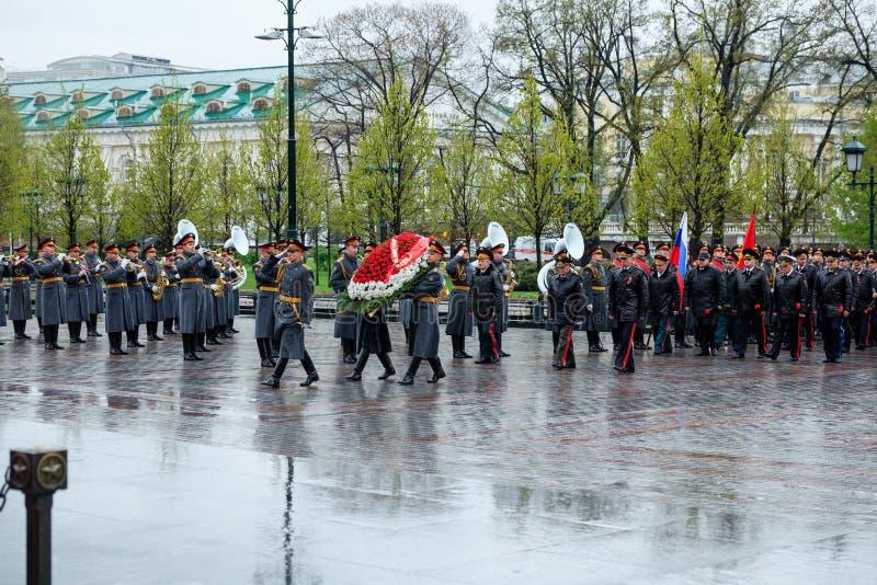 MOSKVA RYSSLAND - MAJ 08, 2017: DEPARTEMENTET av den från den ryska federationen delegationen för INRIKES AFFÄRER lade en krans p royaltyfri bild
