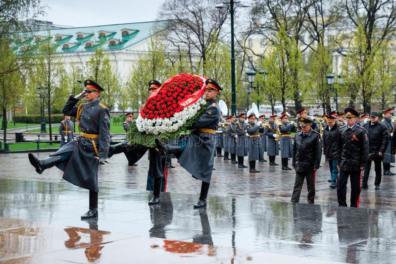 MOSKVA RYSSLAND - MAJ 08, 2017: DEPARTEMENTET av den från den ryska federationen delegationen för INRIKES AFFÄRER lade en krans p arkivfoto