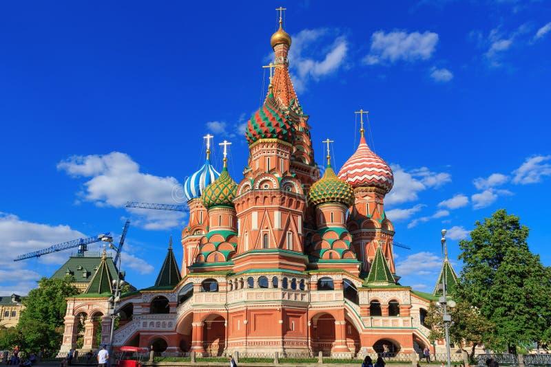 Moskva Ryssland - Maj 27, 2018: Domkyrka för St-basilika` s på en bakgrund för blå himmel på en solig afton arkivbilder