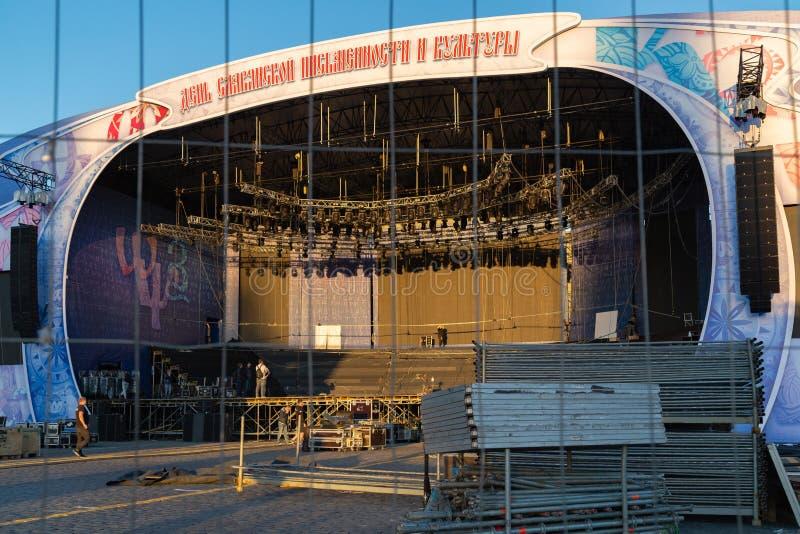 MOSKVA RYSSLAND - Maj 21, 2018: Förbereda en plats på den röda fyrkanten för händelser som är hängivna till dagen av slavisk hand royaltyfri bild