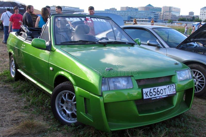 Moskva Ryssland - Maj 25, 2019: Gammal bil för exklusiv cabriolet Rysk bil Lada Vaz Natasha i grön färg som trimmas med kroppen arkivbild