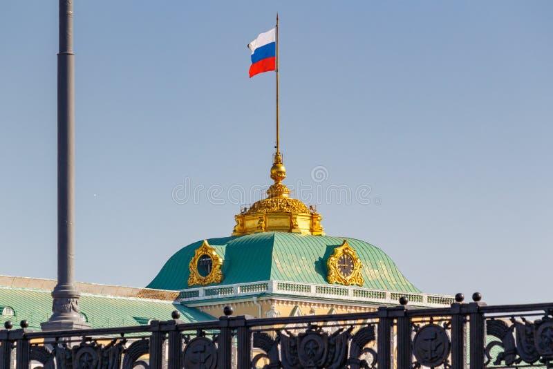 Moskva Ryssland - Maj 01, 2019: Kupol av den storslagna Kremlslotten med den vinkande flaggan av closeupen för rysk federation på arkivfoto