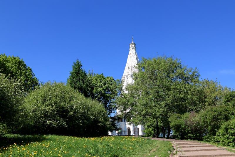 Moskva Ryssland - Maj 11, 2018: Kyrkan av uppstigningen av Herren i den Kolomenskoye Museum-reserven Sikt från embankmenna royaltyfria foton