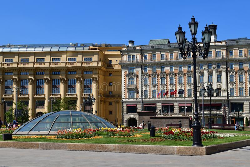 Moskva Ryssland - Maj 12 2018 Manezhnaya fyrkant med den Zholtov hus- och hotellmedborgaren royaltyfria bilder