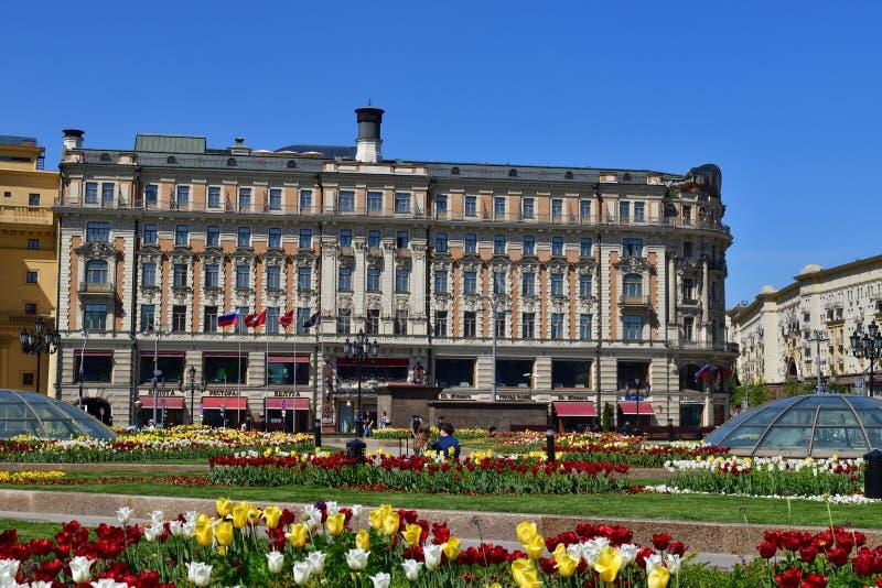 Moskva Ryssland - Maj 12 2018 Manezhnaya fyrkant med hotellmedborgaren arkivfoton