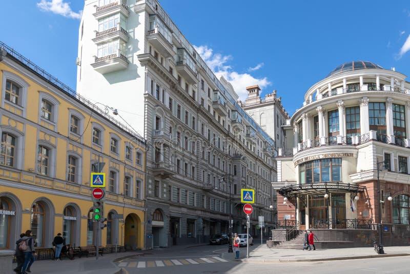 Moskva Ryssland - Maj 4 2019 Myasnitskaya gata i området av den högre skolan av nationalekonomi royaltyfria bilder