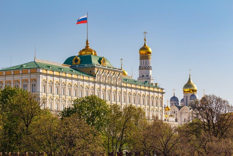 Moskva Ryssland - Maj 01, 2019: Sikt av den storslagna Kremlslotten med att vinka på flaggan för rysk federation och guld- kupole arkivbild