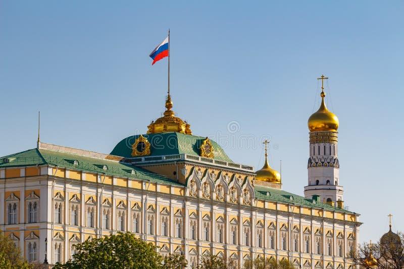 Moskva Ryssland - Maj 01, 2019: Sikt av den storslagna Kremlslotten med den vinkande flaggan av rysk federation och Ivan det stor royaltyfria foton