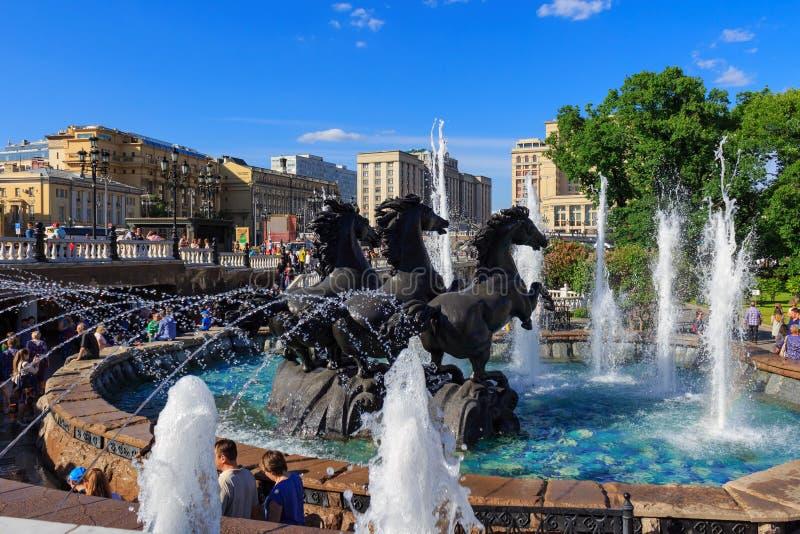 Moskva Ryssland - Maj 27, 2018: Skulptural grupp Geyserspringbrunnen för fyra säsonger på den Manezhnaya fyrkanten i solig afton arkivbilder