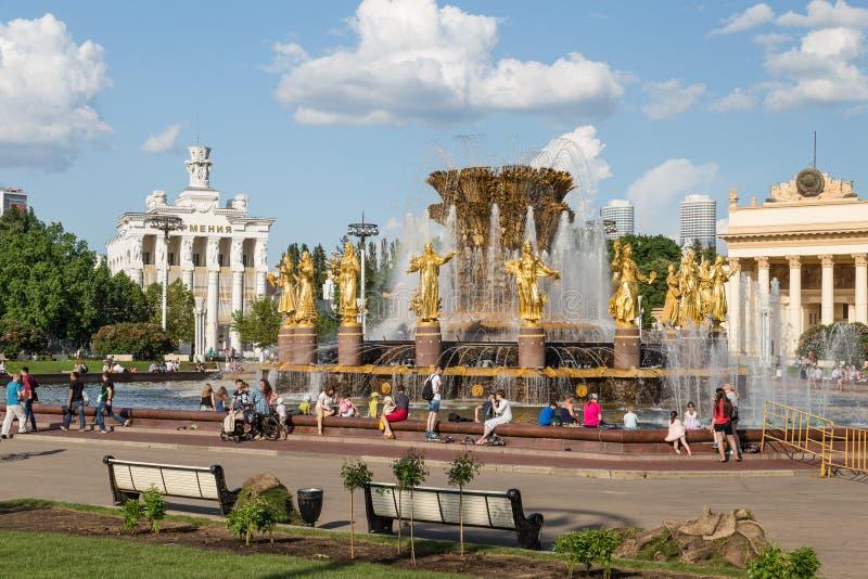 Moskva Ryssland - Maj 30, 2016: Springbrunnen i VDNH parkerar royaltyfri bild