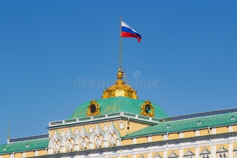 Moskva Ryssland - Maj 01, 2019: Tak av den storslagna Kremlslotten av MoskvaKreml med den vinkande flaggan av closeupen för rysk  arkivfoton