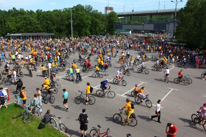 MOSKVA RYSSLAND - 20 Maj 2002: Traditionellt cykla för stad ståtar, överblicken av deltagarna arkivbild