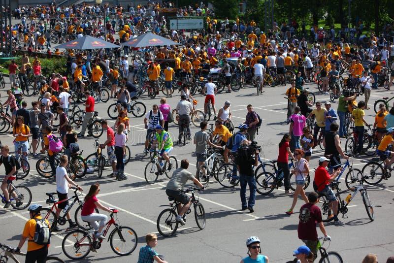 MOSKVA RYSSLAND - 20 Maj 2002: Traditionellt cykla för stad ståtar, deltagaren samlar royaltyfri foto