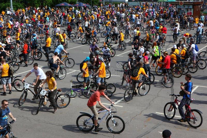 MOSKVA RYSSLAND - 20 Maj 2002: Traditionellt cykla för stad ståtar, för starten royaltyfri foto