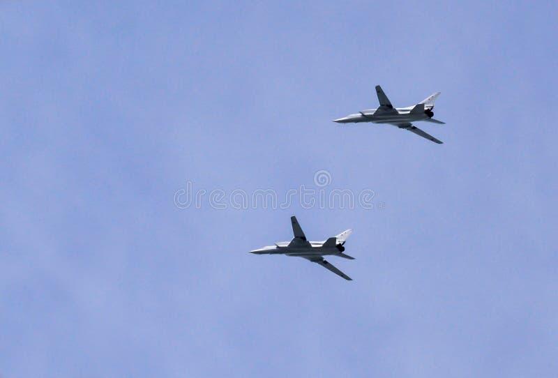 Moskva Ryssland - Maj 9, 2018: Två rysk strategisk NATO för Tupolev som Tu-22M3 anmäler namn: Baktändning i flykten på Parade av  royaltyfri fotografi