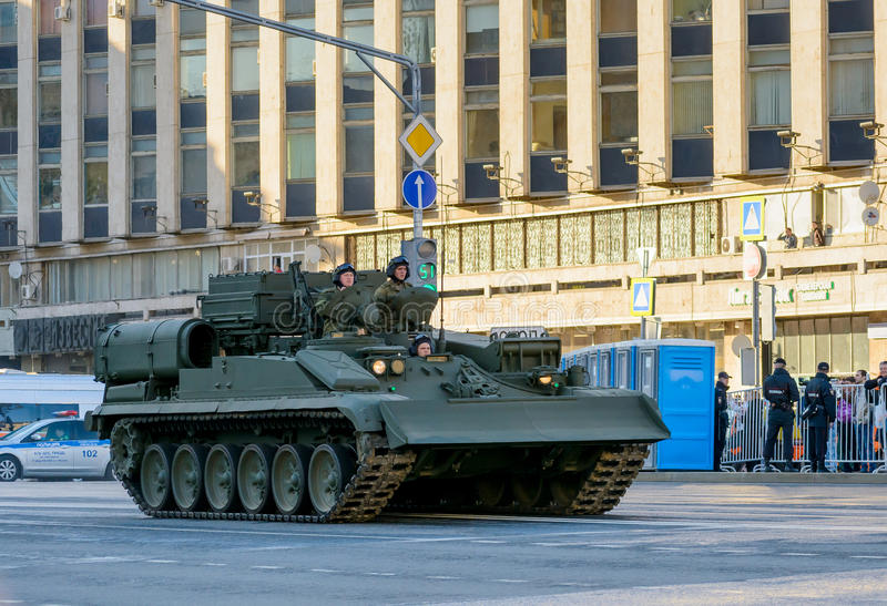 MOSKVA RYSSLAND - MAJ 3, 2017: Tverskaya gata, repetition för Victory Parade på Maj 9, militär utrustning arkivfoton