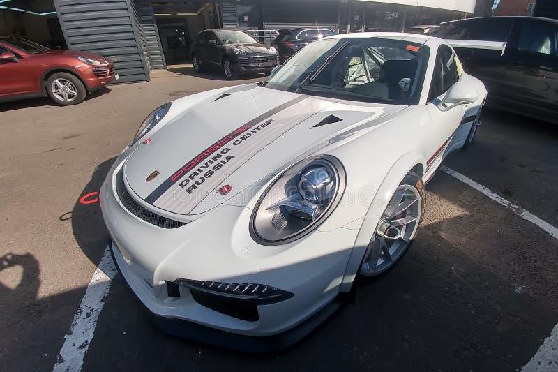 Moskva Ryssland - Maj 05, 2019: Vit Porsche 911 GT3 RS kopp som parkeras p? gatan Toppen st?md och full ?ndrad t?vlings- bil fram arkivfoto
